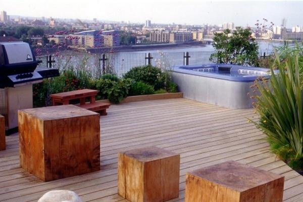 Sgabello in legno terrazza panoramica e vasca idromassaggio integrata